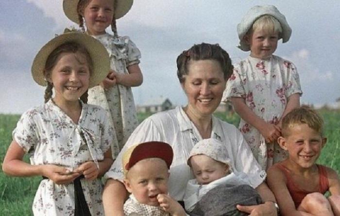 Доярка совхоза «Каясановский» с детьми. СССР, 1958 год.