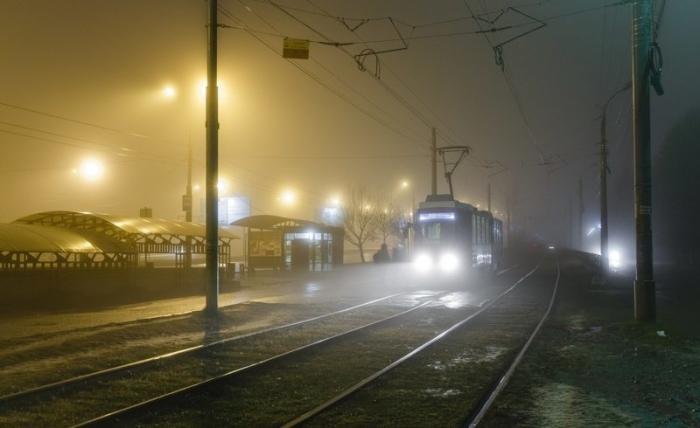 Трамвай в вечернем тумане.