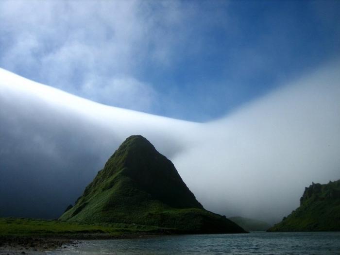 Туман, покрывающий горные склоны.