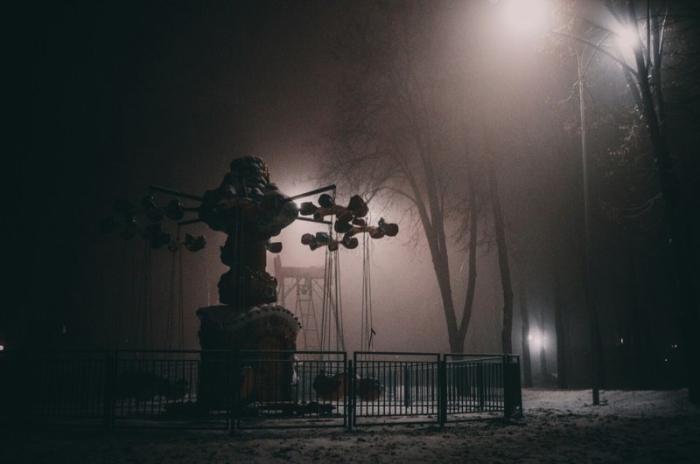 «В парке туман и молочный лунный свет...»