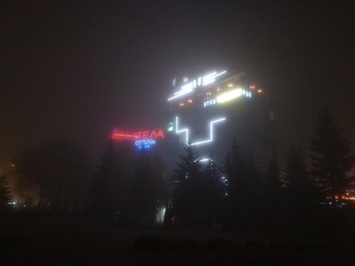 Город, закутанный в густой туман.