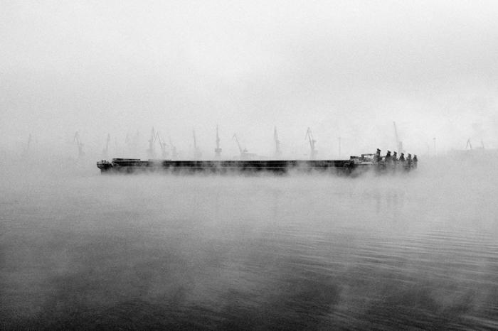 Туманное покрывало, окутавшее реку.