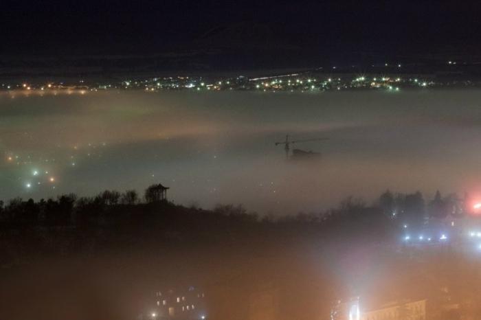 Сонный туман серебрится над городом.