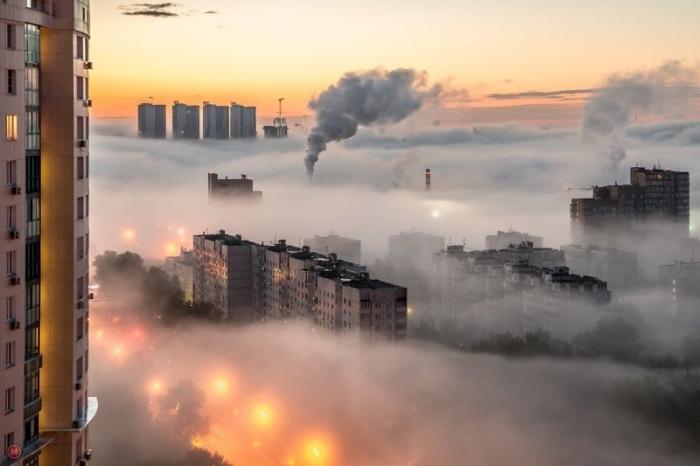 Вид на большой город в туманный рассвет.