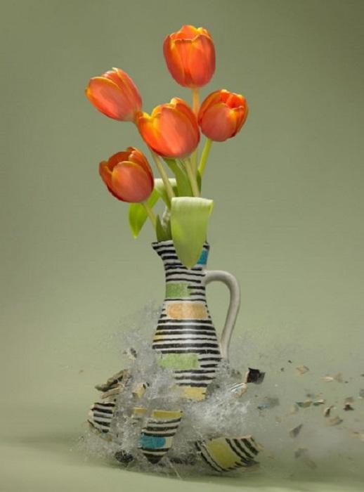 Момент взорвавшейся вазы, которая разлетается на мелкие осколки.