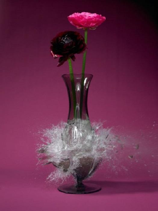 Взрыв стеклянной вазы.