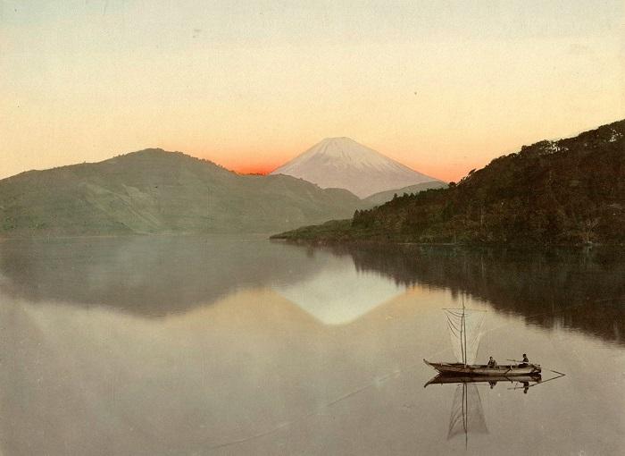 Гора Фудзи, про которую сложено много легенд и художественных образов, расположенная на острове Хонсю. Неизвестный автор, 1880—1890-е года.
