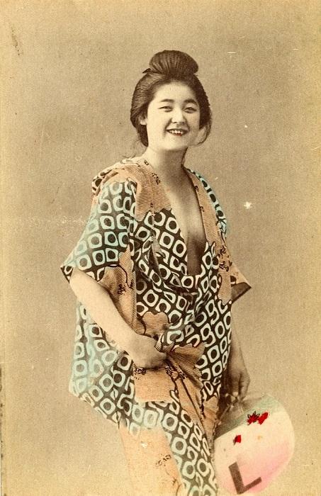Девушка, которая развлекает мужчину своим интеллектом, пением, национальными танцами и игрой на музыкальных инструментах. Автор фотографии: Тамамура Кодзабуро, 1890-е года.