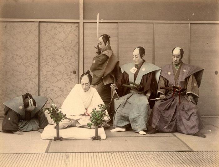 Сцена сэппуку — ритуального самоубийства самурая в белых траурных одеждах, путем вспарывания живота. Автор фотографии: Адольфо Фарсари, 1880—1890-е года.