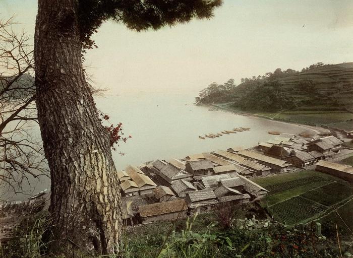 На берегах небольшого морского залива вырос порт Моги, предназначенный для стоянки судов. Нагасаки. Неизвестный автор, 1880—1890-е года.