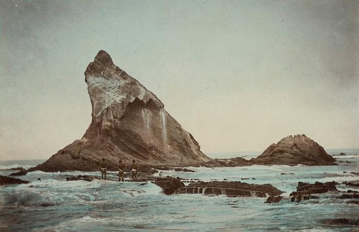 Горное образование у северного берега острова - скала Эбоси в виде подводного «камня» — к северо-северо-западу от мыса Лава. Неизвестный автор, 1880—1890-е года.