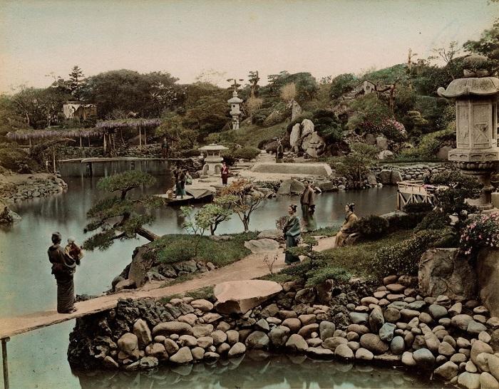 Огромный сад с извилистыми дорожками, в центре которого расположен причудливой формы пруд с островами, окруженный рукотворными холмами. Токио. Авторы фотографии: Тамамура Кодзабуро, Огава Кадзумаса, 1880—1887-е года.