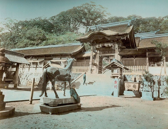 Древняя бронзовая статуя священного коня в натуральную величину во дворе синтоистского храма Сува, Нагасаки. Автор фотографии: Тамамура Кодзабуро, 1883—1897-е года.