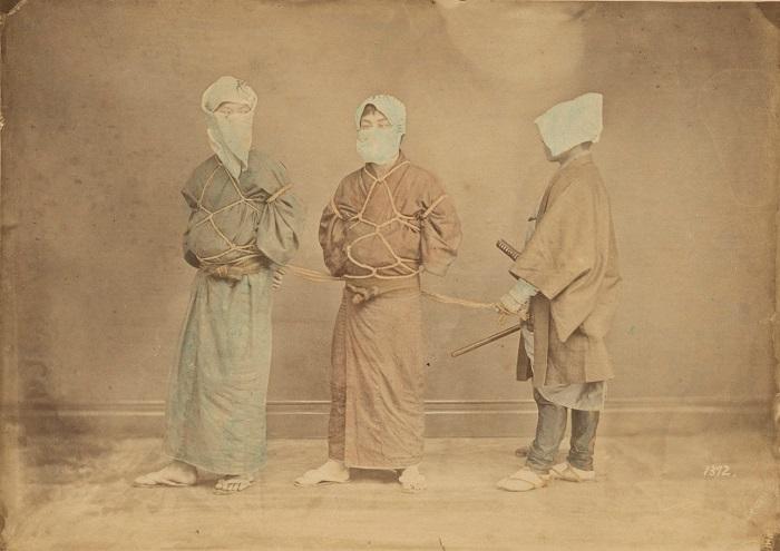 Сцена со связанными заключенными преступниками или пленными. Автор фотографии: Усуи Сюдзабуро, 1880-е года.