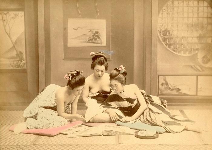 Полуобнаженные японки увлеченно рассматривают альбомы с фотографиями. Неизвестный автор, 1880—1890-е года.