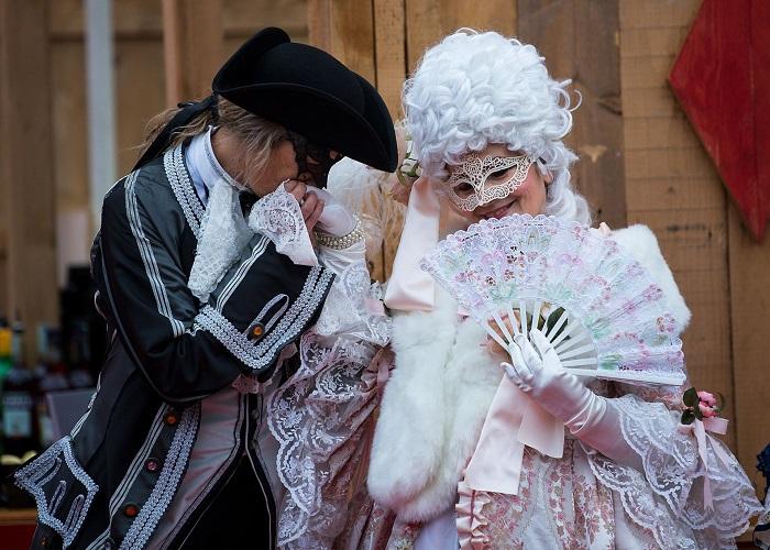 «Ах, карнавал!»: 25 фотографий участников Венецианского карнавала в великолепных костюмах