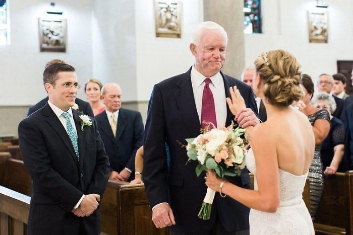 Мужчина, который получил сердце отца Дженни, отвел ее к алтарю.
