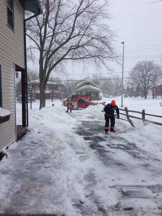 Парамедики вернулись к дому больного, которого доставили в больницу, чтобы дочистить снег.