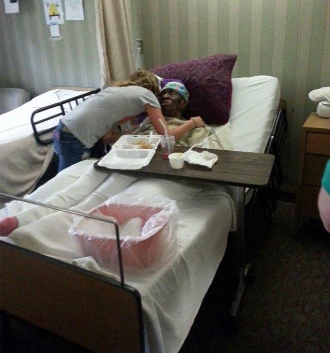 Девушка пришла проведать 112-летнюю женщину, которую, вот уже как 3 года никто не навещает.