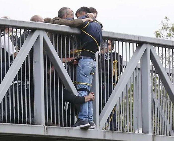 Прохожие на мосту спасают молодого человека, пытавшегося покончить с собой.