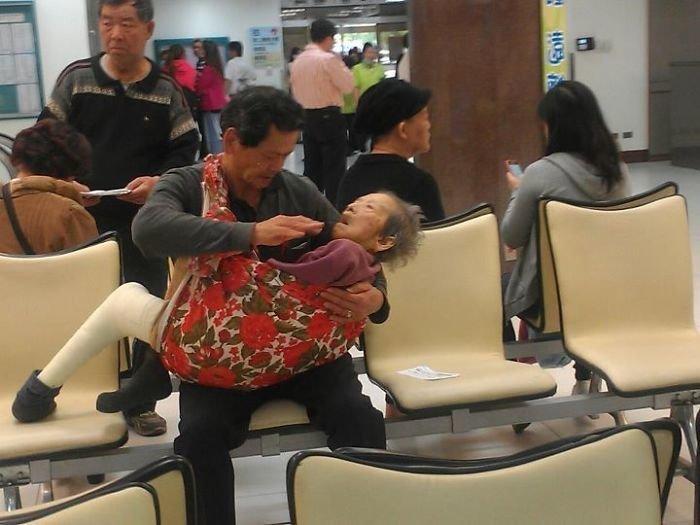Взрослый сын ухаживает за своей престарелой матерью.
