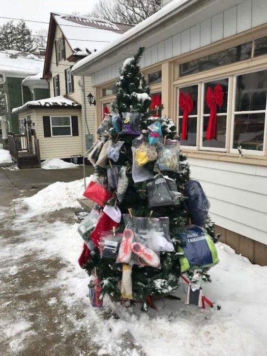 Каждое рождество мужчина украшает елку полезными вещами, которые может взять любой бедный человек.