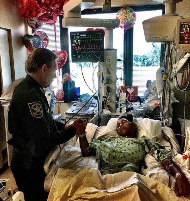 Подросток из Флориды закрыл своим телом 20 одноклассников и спас их от неминуемой гибели.