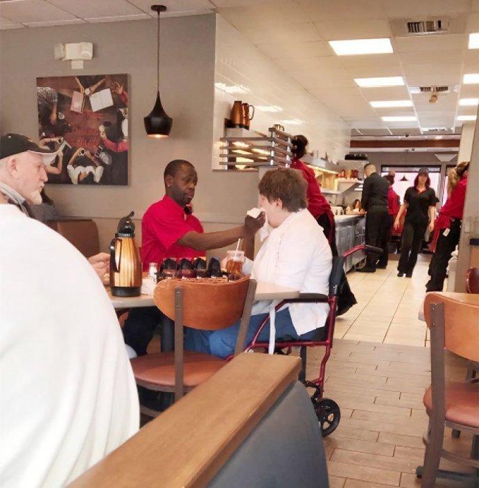 Женщина инвалид не осталась голодной, ее накормил неравнодушный официант.