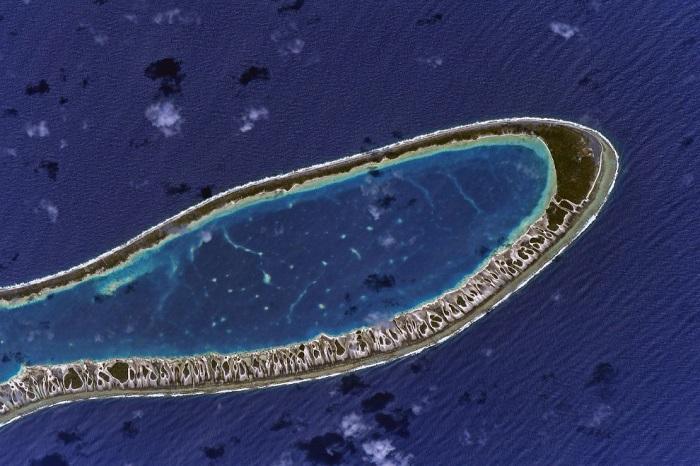 В центре расположена лагуна, со всех сторон окружённая сушей.