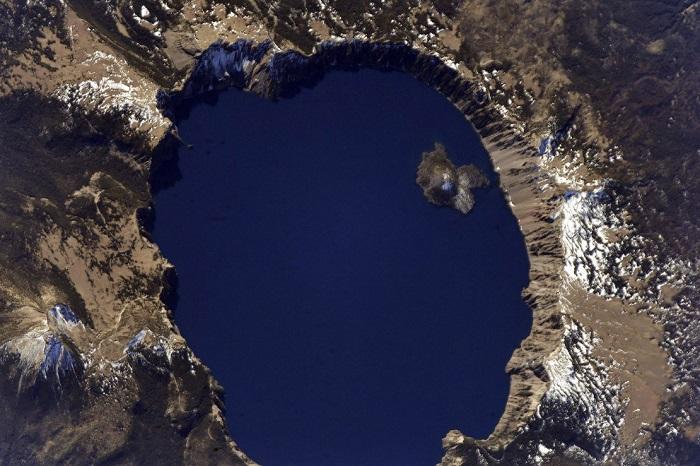 Древнее реликтовое озеро Севан, в которое впадает 28 рек, вытекает одна - Раздан.