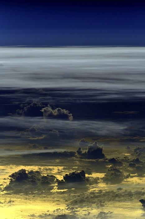 Облака, освещенные заходящим солнцем.
