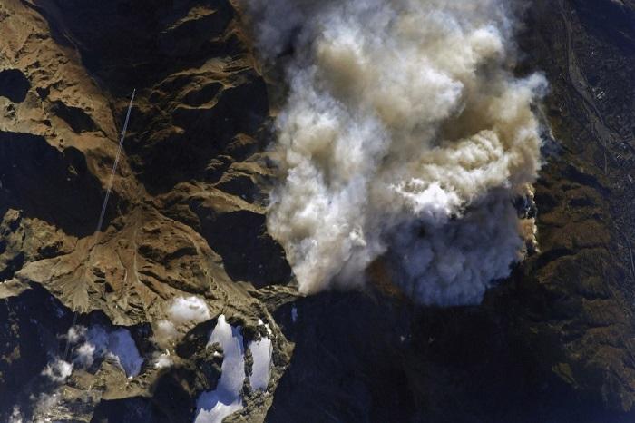 Пожар быстро распространяется по территории и этому способствует высокая температура и сильный ветер.