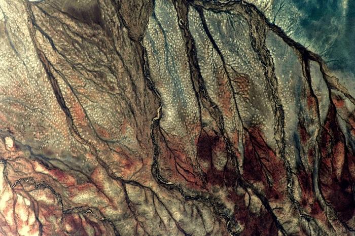 Безлюдная каменистая пустыня без растительного покрова.