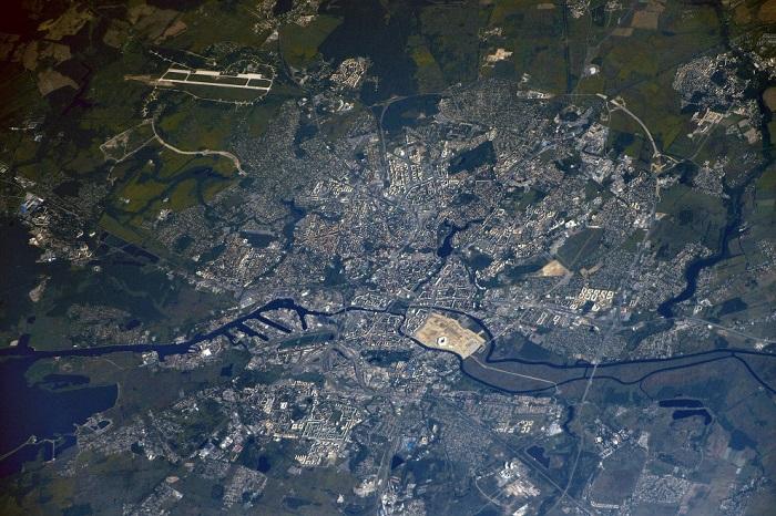 Калининград омывается водами Балтийского моря, а соседями его являются Польша и Литва.