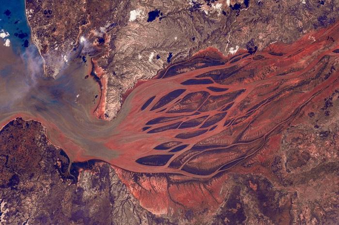 Река Бецибука является самой крупной рекой Мадагаскара, длинною 525 километров.
