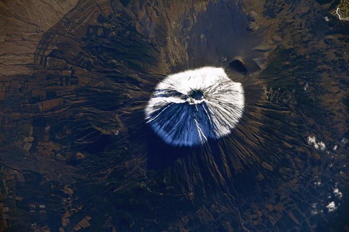 Вулкан Фудзияма названный в честь богини огня - Фудзи, высотою 3776 метров.