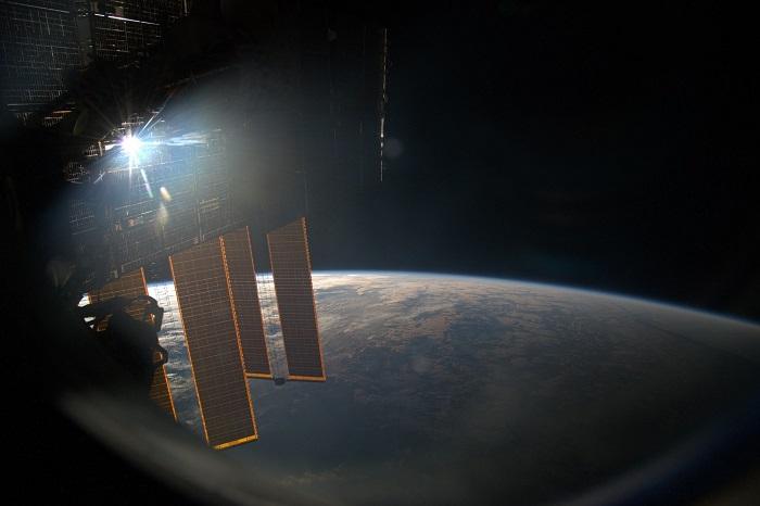 На Международной космической станции космонавты встречают закаты и рассветы по 15-16 раз в сутки.