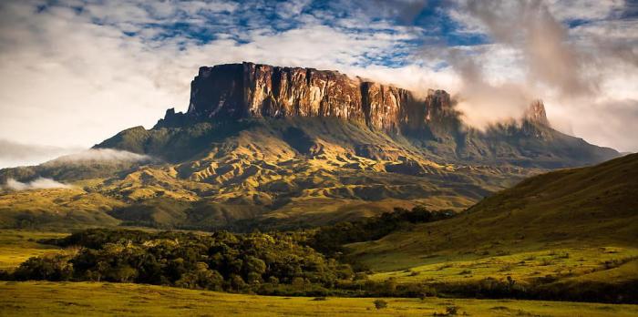 Высокая гора из песчаника, которая возвышается на стыке границ Бразилии, Венесуэлы и Гайаны. Высота над уровнем моря - 2810 метров.