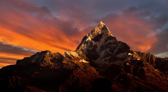 Красивейшая и непокоренная вершина в Непале имеет высоту в 6993 метра.