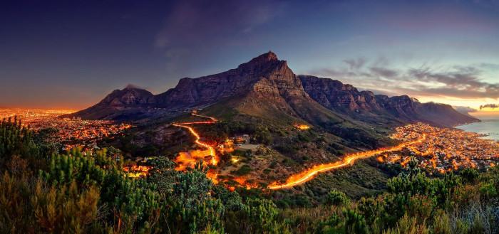 Гора является самой известной из гор — столешниц в мире. Высота - 1085 метров.