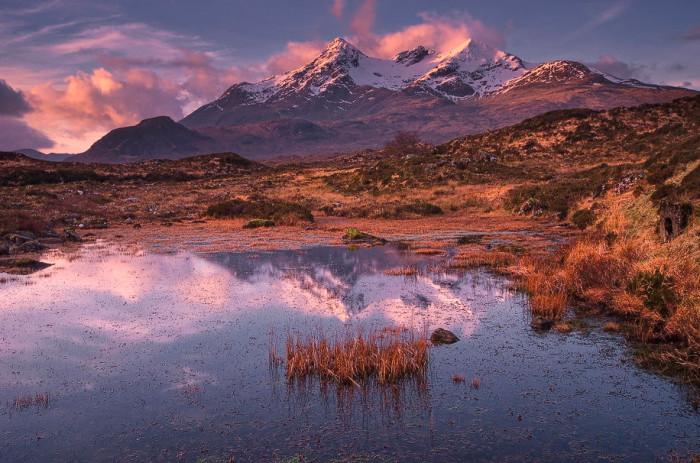 Каменистый горный хребет высотой 992 метра расположен на острове Скай.