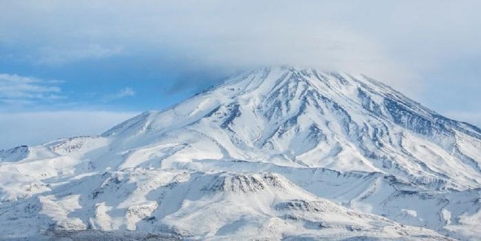 Потухший стратовулкан в хребте Эльбурс высотой 5610 метров.