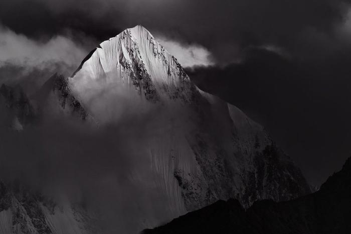 Высокая гора, расположенная в северных средних-субтропических широтах восточного полушария. Высота над уровнем моря - 6096 метров.