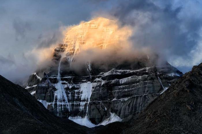 Единственная из всех гор на планете, которая имеет форму правильной четырехгранной пирамиды, склоны которой ориентированы по сторонам света и имеет высоту 6638 метров.