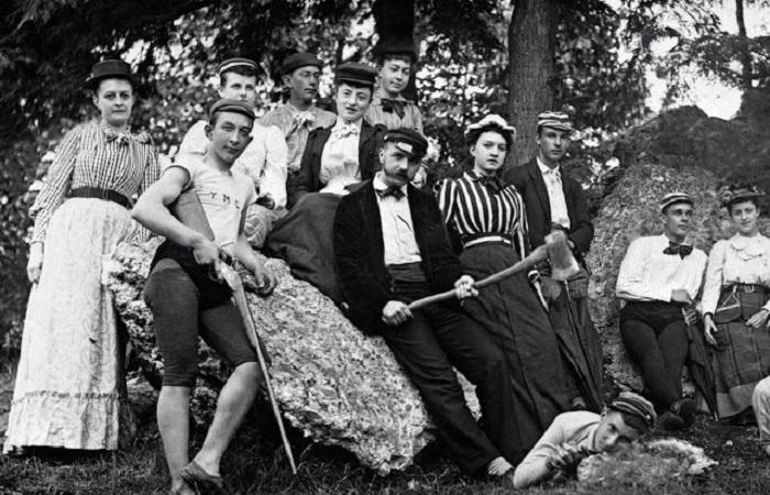 Монохромные ретрофотографии молодёжи XIX века.