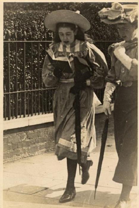 Девушка читает книжку на ходу. Лондон, 1900-е годы.