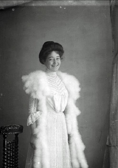 Портретный снимок девушки в шикарном белом платье, 1900-е годы.