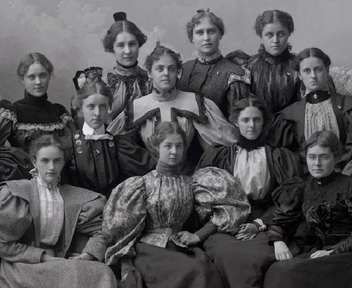 Девушки в платьях с модными рукавами «баранья ножка», 1898 год.