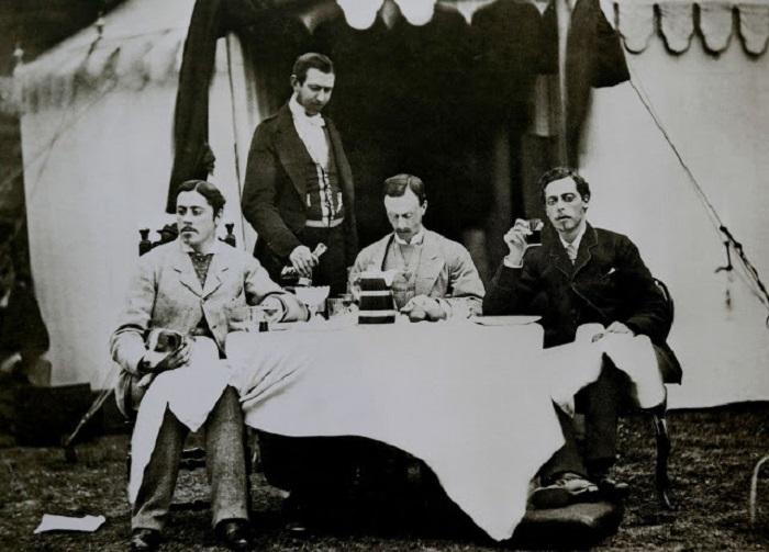 Сын королевы Виктории с друзьями на природе, в июне 1874 года.