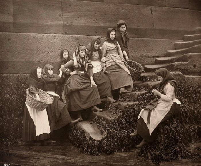 Женщины, которые работали в рыбной промышленности в 1890-х годах.